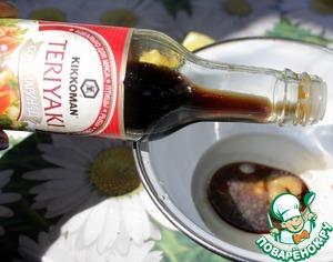 Prepare the sauce for brushing pita. Mix 2 tbsp olive oil, 1 tbsp lemon juice, 1tbsp. L. soy sauce-teriyaki marinade Kikkoman TM, 1H. spoon of mustard.