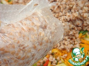 Carefully open the bags to the side and put the buckwheat to the vegetables.