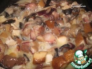 В сковороде растопить сливочное масло, обжарить грибы под закрытой крышкой минут 10.   У меня была замороженная смесь лесных грибов, уже порезанная.