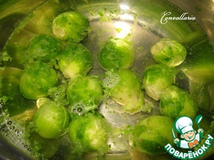 While cooking, chop up the mushrooms, drop the Brussels sprouts in boiling salted water for 7-10 minutes, then drain in a colander to drain all the water (the cabbage before cooking to defrost).