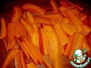Нарезаем морковь любой формы.