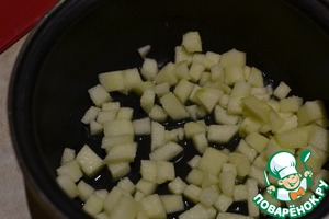 Put the apples in a bowl with a thick bottom, pour the lemon juice and boil on low heat for 5 minutes.
