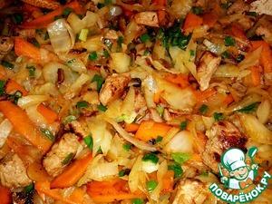 Добавляем капусту в сковородку, хорошенько все перемешиваем. Солим, перчим по вкусу.   Накрываем крышкой и даем минуты 2 потушится.   В это время достаем рис из кастрюли и выкладываем рис на тарелочки.