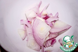 Onions cut thin half-rings.