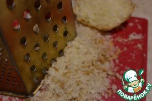 Подмерзший хлеб натираем на крупной терке.
