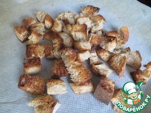 Тем временем приготовить сухари. Нарезать хлеб (6 ломтиков) и подсушить их в духовке под грилью при максимальной температуре 3-5 минут.