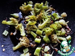 Boil broccoli pieces for 5-7 minutes. Remove from the water boiled broccoli and transfer to a hot pan.