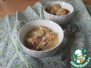 Перед подачей суп разлить по тарелкам, насыпать сухарики, затем тертый сыр и поставить в духовой шкаф при максимальной температуре, как только сыр расплавился - блюдо можно подавать. Приятного аппетита!