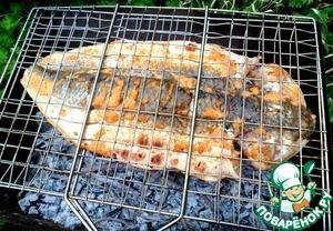 При запекании, следите, чтобы жар был умеренным. Если он будет слишком сильным, то рыба будет сухая и жесткая, а не сочная и нежная. Еще для аромата, мы добавили вишневых веточек.