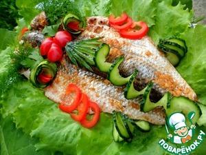 А теперь зовите всех к столу и угощайте прекрасно запеченного пеленгаса со свежими овощами.      Приятного аппетита!