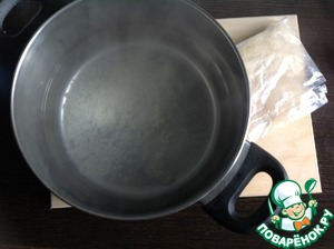 """В кастрюлю налить бульон или воду. Довести до кипения и добавить 2 ст. л. риса. Я использовала рис ТМ Мистраль """"Янтарь"""", в пакетиках."""