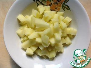 Картофель очистить от кожуры и нарезать небольшими кубиками.