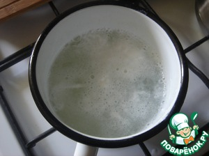 For cooking poached eggs, I put the water in a tall mug, salt it and pour the vinegar. When the water boils, I turn the fire on low and plug do in the water funnel, pour the egg gently, without damaging the yolk, and cook for 2 minutes. With a slotted spoon remove the egg and let the water drain out.