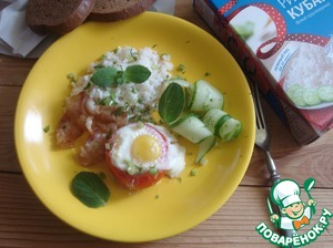 Take a plate and spread on her rice, fried egg in tomato, cucumber and greens. I have dish, added bacon, which was heated on a dry pan, a little dried.