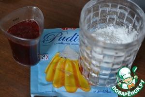 Выделится много жидкости-сиропа. Отлить в отдельный стакан 3 столовые ложки сиропа. Добавить в стакан 20гр воды. Размешать в получившейся жидкости пудинг.