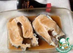 Для маринада смешать 50 мл апельсинового сока, масло, соевый соус (1,5 ст. л.). Положить в него рыбу, обвалять ее со всех сторон и оставить на 30 минут.