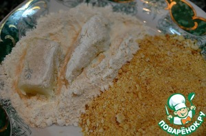 Обваливаем кусочки рыбы в муке или панировочных сухарях, смешанных с солью.