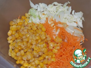 Put in a bowl the cabbage, onion, carrot. Add the corn.