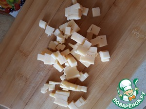 Cut into cubes the cheese. Sent to the chicken.