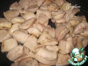Промытые рыбные молоки нарезать на кусочки. В сковороде разогреть растительное масло, переложить молоки и обжаривать около 8 минут, периодически переворачивая.   Переложить в отдельную посуду.