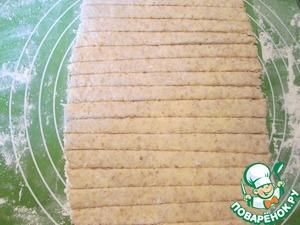 Раскатываем тесто толщиной 4-5 мм. и нарезаем полосками шириной примерно 1 см.