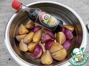 """Take any onions, I have red. Clean and cut into 4 pieces along. Mix soy sauce """"Kikkoman"""", oil, lemon juice and white pepper. You can certainly use black, but then the bow will turn out speckled. Pour the onions, stir and allow to stand for 15 min."""