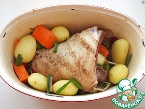Stuffing the shanks with the vegetables and put into a suitable vessel. I used a roaster. Those vegetables that do not fit in the knuckle, put around her. If you wish, you can also put some small potatoes. Lightly salt the dish, focusing on the taste.