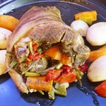 Свиная рулька, фаршированная овощами