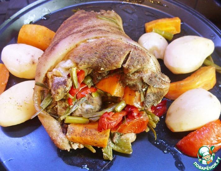 Рецепт: Свиная рулька, фаршированная овощами
