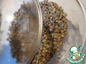 The lentils are ready drain in a colander to remove the vegetables, place in a bowl and season with a little salt, fill with oil, cover with a lid.