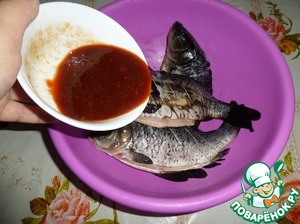 Lay the fish in a Cup. Add the cooked marinade.