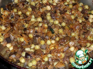 Mix well and fry for 1-2 minutes. Remove the pan from the fire. Let cool a lot. The stuffing is ready.