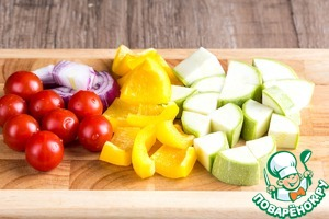 Prepare the vegetables. Carefully wash and dry. Zucchini cut in large cubes, bell pepper first into slices, then into pieces about the size of the cubes of the tavern. Thick cut onion half-rings and cut them in half.