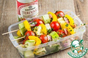 Smokem skewers in water and fit them marinated vegetables.