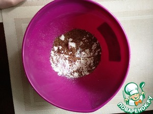 Смешать муку, семена льна, разрыхлитель теста, соду и кокосовую стружку в одной миске.