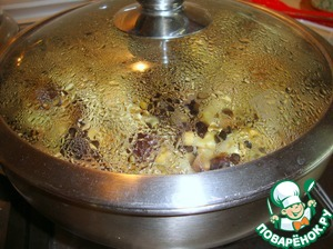 In a pan heat the oil and add the eggplant. Fry under the lid, stirring occasionally; they will be extinguished. If not enough liquid, add a little boiling water.