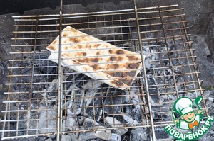 At the picnic dried lavash on the grill grate on the coals 1 minute on each side.
