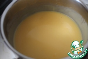 A thin stream pour the milk into the yolks, stir and put it on the stove. On low heat cook until thick.