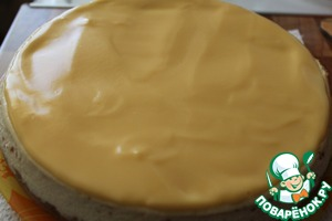 The fill cooled and covered cheesecake. Put in the fridge to make it slightly privatisasi. 2-3 hours a cheesecake can be served with tea. It is very tasty!))