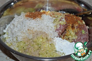 With rice, drain water, discard in a colander to glass excess fluid.  In minced meat ( I have mixed ) cabbage, rice, starch. Add your favorite spices ( garlic powder, black pepper, hot pepper ), salt and mix well.