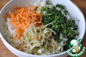 To the cabbage add grated on a medium grater carrots and pickles, sliced rings of green onions (the pen) and chopped dill. Stir.