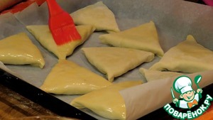 6. Samsa spread on a baking tray lined with parchment paper, coat it with egg and put into oven preheated to 200 degrees for 30-40 minutes.