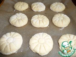 Заготовки булочек выложить на противень, застеленный пекарской бумагой, на расстоянии друг от друга. Накрыть пленкой и оставить в покое на 20мин.