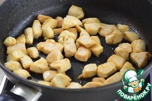 В сковороде разогреть растительное масло до дымка и обжарить куриное филе до приятной, золотистой корочки.