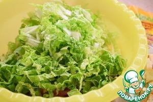 Пекинскую капусту нашинковать и добавить к салату.