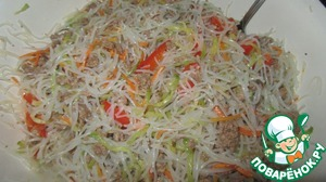 Add noodles to vegetables and minced meat. Stir. In principle, the salad is ready. Taste for salt. If necessary doselevel.