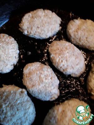 Придаём шарикам форму котлет и выкладываем на хорошо разогретую сковороду с растительным маслом.
