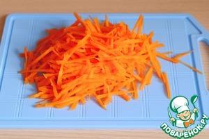Морковь нашинковать тонкой соломкой