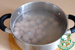 В кастрюлю добавить холодную воду (2,5 л.), при закипании выложить фрикадельки, варить 2-3 мин. При необходимости снять пену