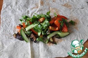 На баклажаны кладём порезанные овощи и зелень. Посыпаем молотой смесью перцев.